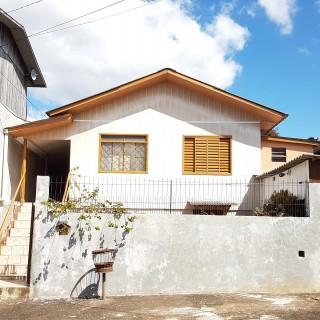 Casa com 03 moradias no bairro Três Vendas !