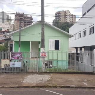 Casa com pavilhão no bairro centro !!